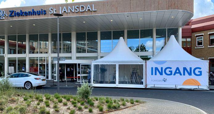 Bij de hoofdingang van ziekenhuis St Jansdal in Harderwijk staat een triagetent, waarin iedere bezoeker, zowel patiënt als gast, wordt gescreend.
