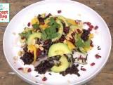 Zwarte rijstsalade met granaatappel en pindacrunch