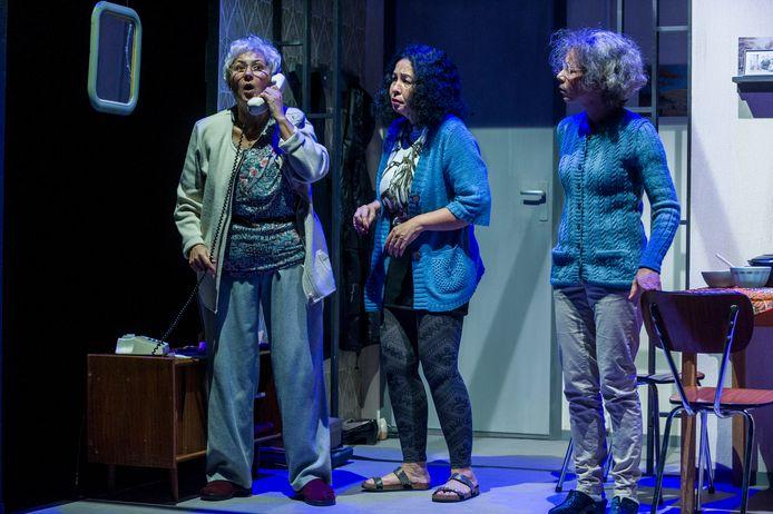 Bodil de la Parra (links), Esther Scheldwacht en Nadja Hüpscher (rechts) spelen drie zussen in 'Gouwe Pinda's'.