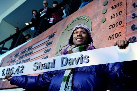Shani Davis showt zijn wereldrecord.