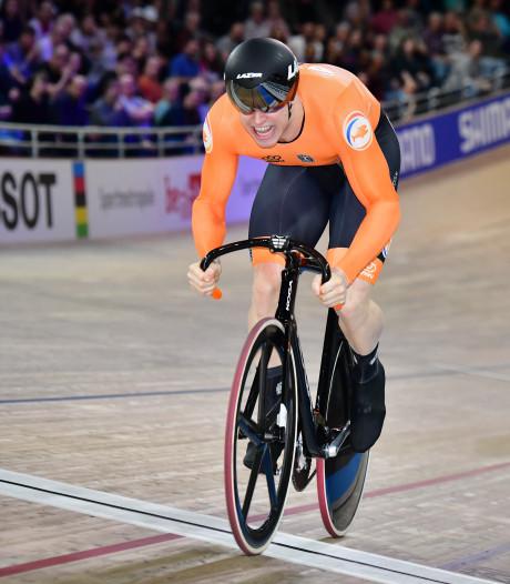 Harrie Lavreysen koerst op de olympische vlam