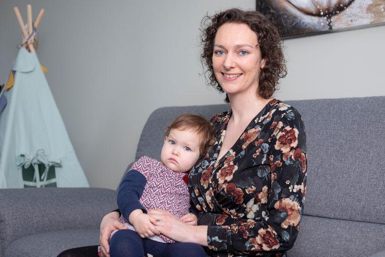 """Sofie De Middelaer en haar dochtertje Ella: """"Met de app MoneyWizz kunnen we goed bijhouden wat we uitgeven."""""""