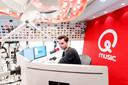 Domien Verschuuren tijdens zijn eerste uitzending van zijn nieuwe radioshow.