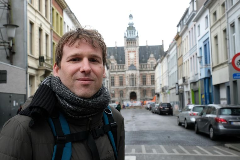 Thomas Blommaert aan het districtshuis van Borgerhout.