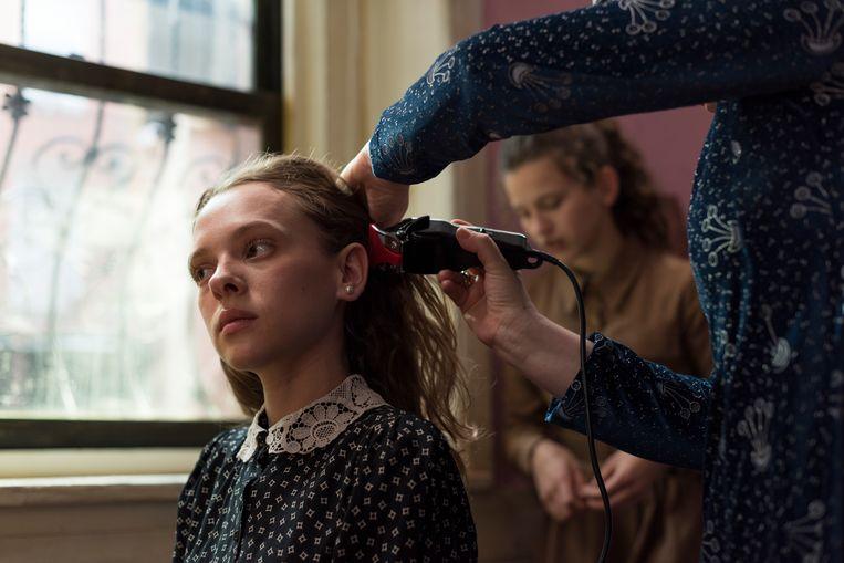 Esty's hoofd wordt vlak voor haar trouw volledig kaalgeschoren. Beeld Anika Molnar/Netflix