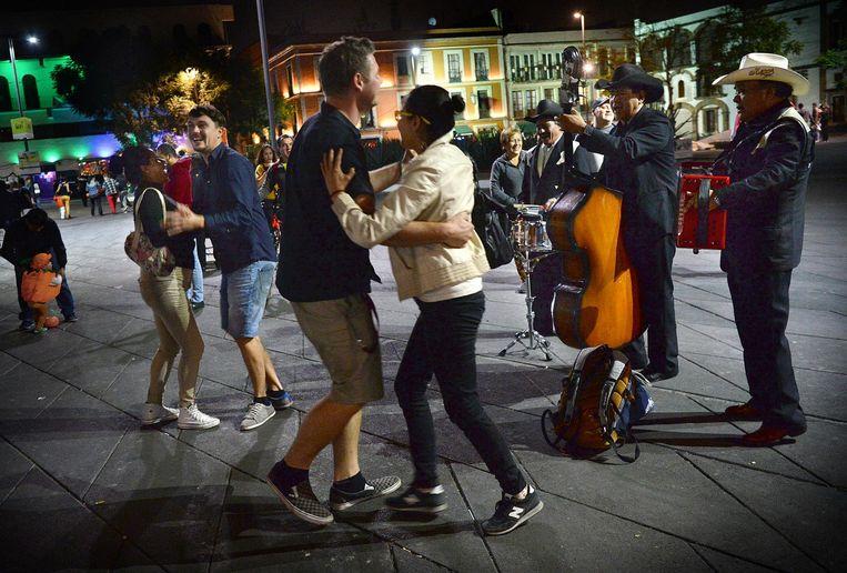 Dansen bij de mariachimuzikanten op de Plaza Garibaldi. Beeld Marcel Van Den Bergh