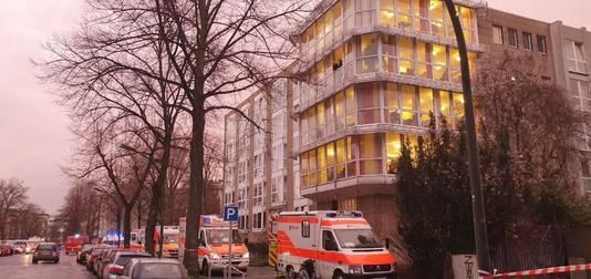 Hulpdiensten bezig met de evacuatie van een van de twee seniorencomplexen.