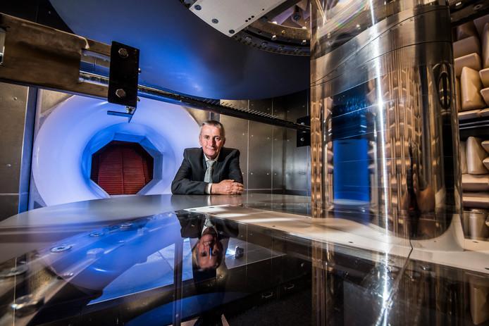 Kees Venner, hoogleraar stromingsleer,  bij de windtunnel op de Universiteit Twente.