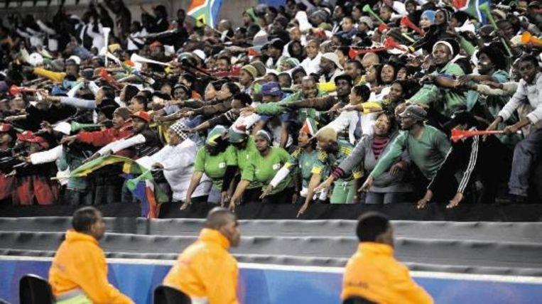 Zuid-Afrikaanse supporters vermaken zich, met vuvuzela¿s en al, tijdens Spanje-Irak (1-0) in Bloemfontein. (FOTO AFP) Beeld