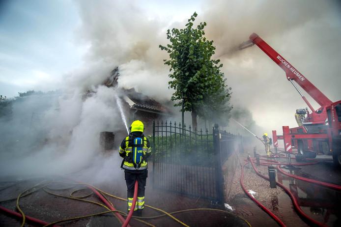 De brandweer in actie in Hernen.