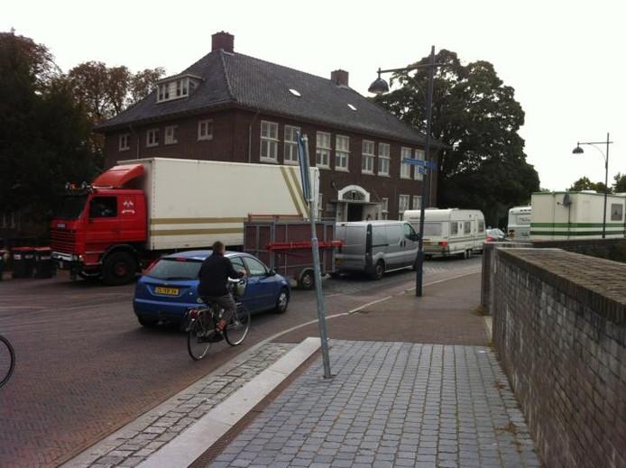 Vrachtwagens en auto's met caravans van de kermisexploitanten verlaten Zaltbommel. foto BD