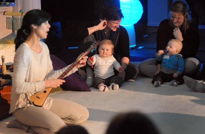 De allerkleinsten en hun ouders luisteren in Nieuwe Nobelaer naar muziek die speciaal op hen gericht is. foto Ron Magielse/het fotoburo