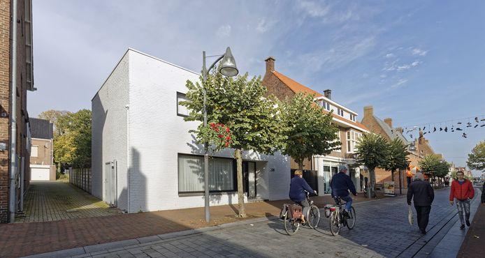 Waalwijk wil het perceel met het witte pand aan Grotestraat 239 kopen voor een nieuwe doorsteek naar het centrum.