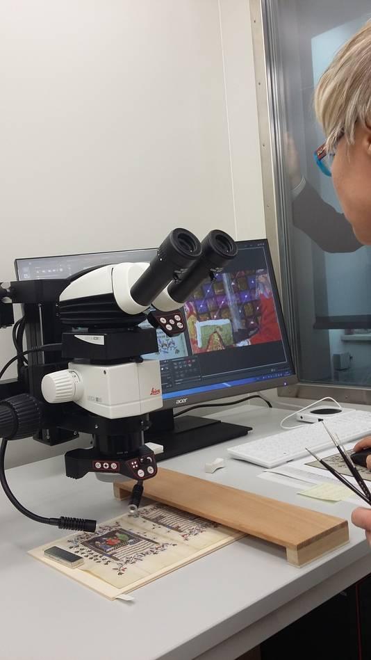 Een microscoop is bij de restauratie onontbeerlijk.