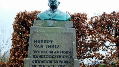 Borstbeeld Hubert Van Innis krijgt arduinen blad met opsomming Olympische titels