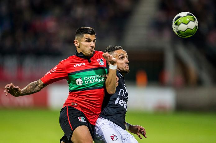 Wojciech Golla (l) in duel namens NEC met Gersom Klok van FC Emmen.