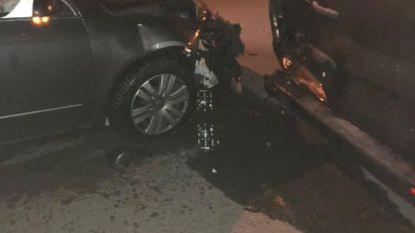 Wagen slipt tegen geparkeerd voertuig in Hofstade