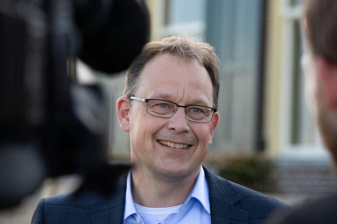Harald Bouman met een brede glimlach als hij net benoemd is als burgemeester van de gemeente Noordoostpolder.