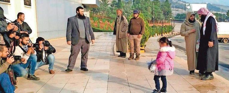 Met een roze winterjasje en een knuffel in elke hand komt Yasmine aan in Turkije. De rechtbank die haar vrijliet, vroeg om haar niet naar België te brengen, zodat ze een islamitische opvoeding kan krijgen.