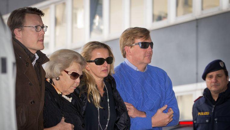 Prins Constantijn, koningin Beatrix, prinses Mabel en prins Willem Alexander bezoeken Prins Friso vlak na het ongeluk. Beeld ANP