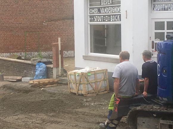 Werknemers van het aannemersbedrijf wachtten tot de brandweer opnieuw groen licht gaf om aan de slag te gaan.