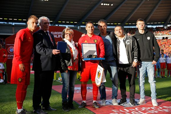 Eden Hazard met de bondsvoorzitter en zijn familie.