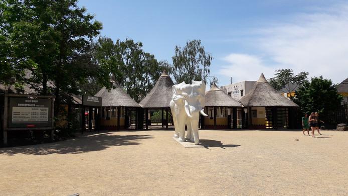 De zwarte olifant van de Beekse Bergen is weer wit en kreeg op het nieuwe entreeplein van het Safaripark een prominente plek.