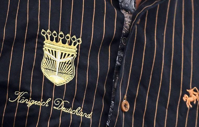 Het wapenschild van het 'Königreich Deutschland' siert het hemd van 'koning' Peter Fitzek.