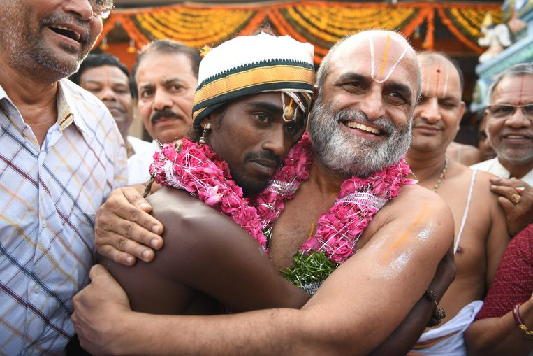 Priester CS Rangarajan (rechts) met dalit Aditya Parasri (links)