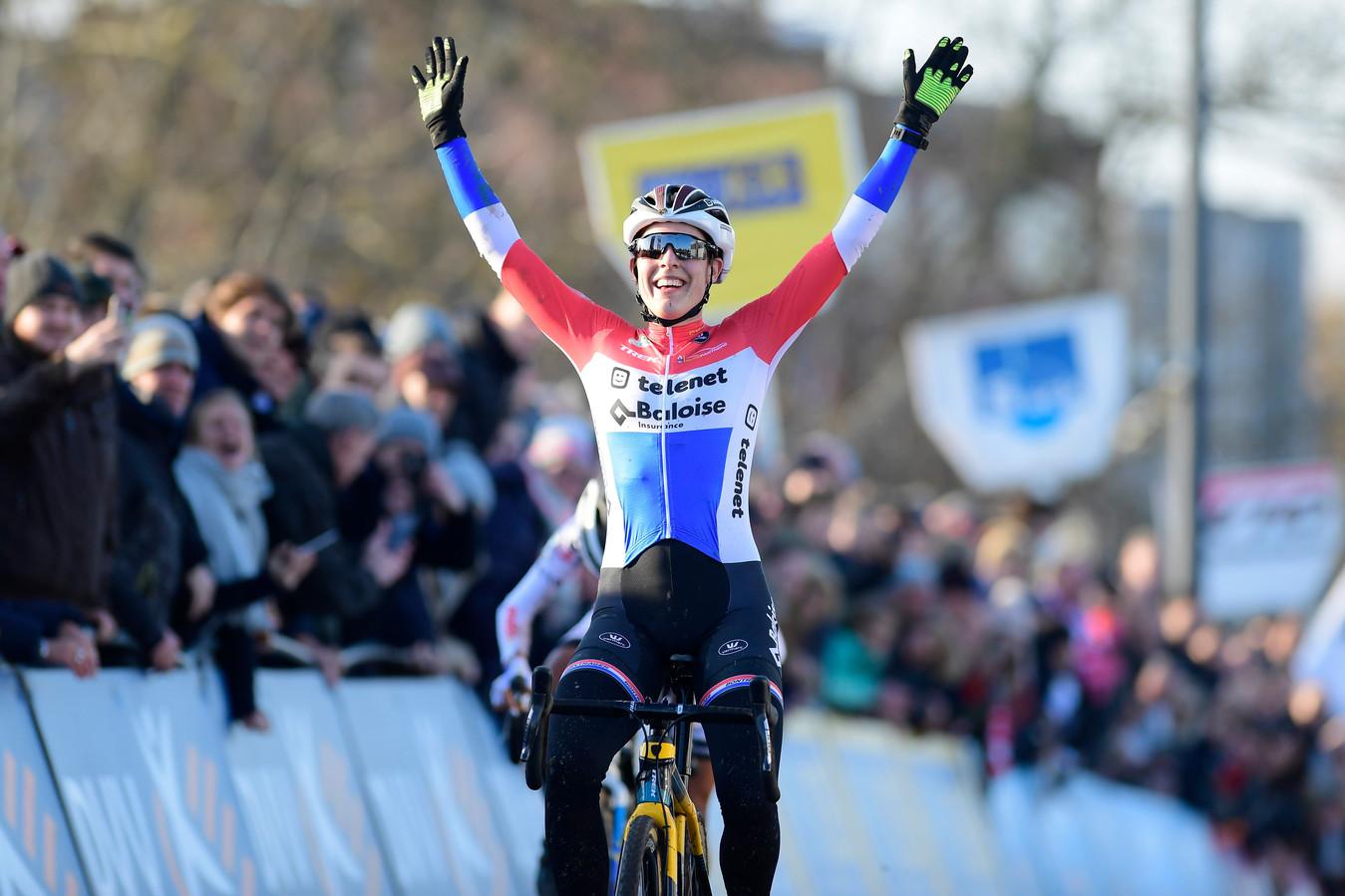 Lucinda Brand op 30 november 2019 bij een gewonnen race in Kortrijk.