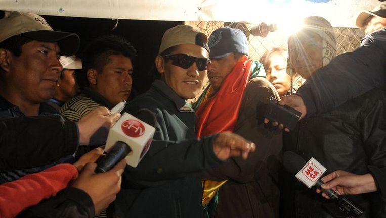 De Boliviaanse mijnwerker Carlos Soliz arriveert bij zijn huis, nadat hij het ziekenhuis heeft mogen verlaten. Beeld afp