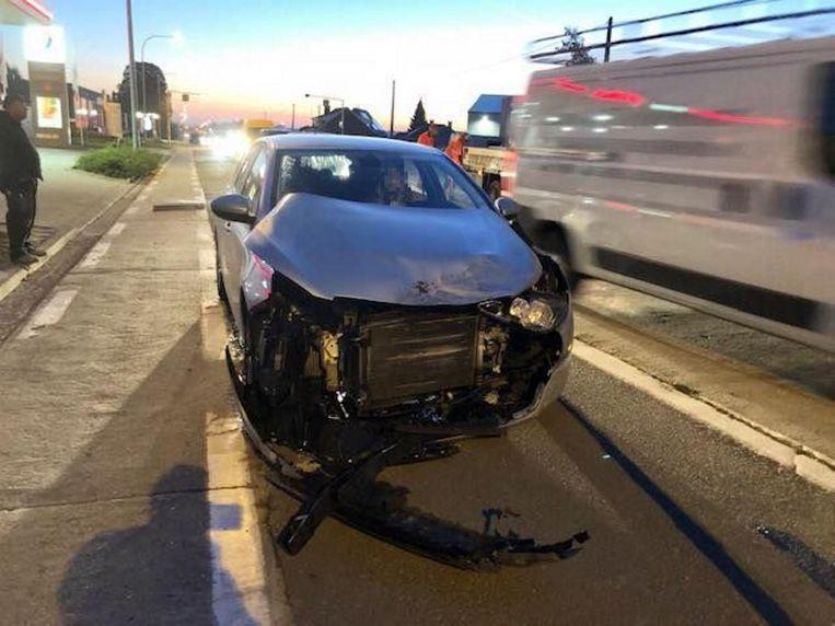 De personenwagen raakte zwaar beschadigd tot op de parkeerstrook.