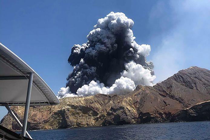 De vulkaan op White Island tijdens de uitbarsting.