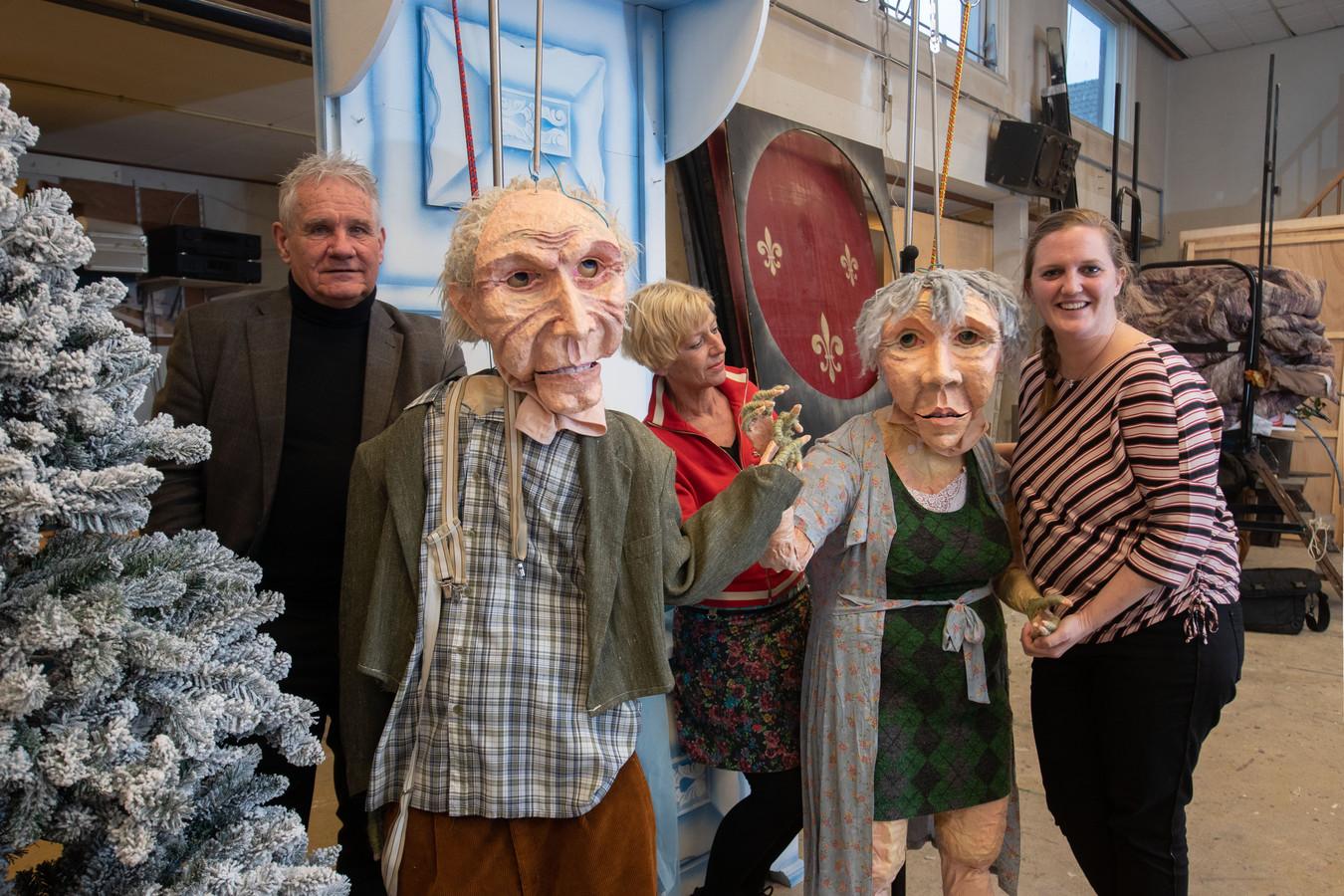 Presentatie van Kerst in Oud Kampenin de thuisbasis van Ventura aan de Noordweg. Met een act die terugkeert in de theaterstraat. Van links naar rechts organisatoren Jan Liefting, Gerrie Kragt en Emma Quilligan.