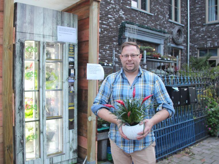 Steven Van Hecke van bloemenzaak Acanthus plaatste een bloemenautomaat voor zijn winkel.