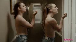 Dit is een reclamespotje voor lingerie ... zonder beha's