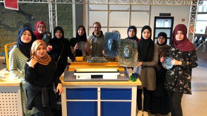 Klassen recycleren plastics in pop-up Plastic Lab