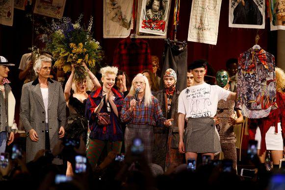 Designer Vivienne Westwood hier in het midden met modellen rond haar.