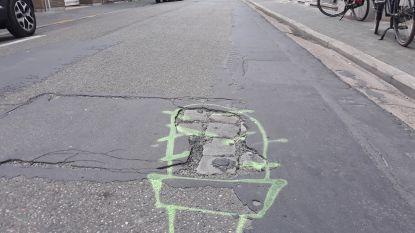 De zwakke punten van de Paardenkerkhofstraat? Volg de krijtgraffiti...