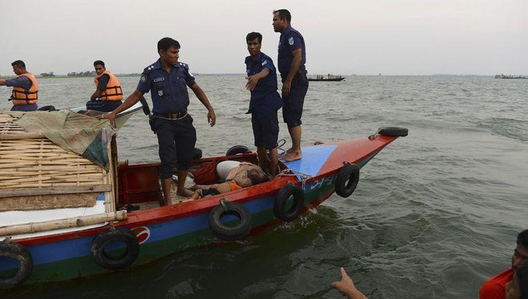 De lokale politie bergt de lichamen van de slachtoffers. Beeld reuters
