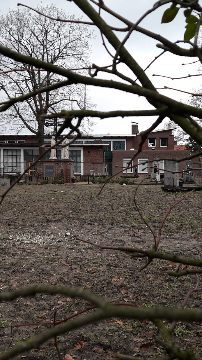 Het kerkhof achter de Martinuskerk wordt steeds desolater.