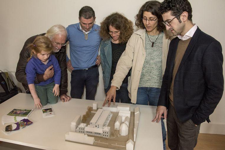 Mensen betrokken bij het project in de Kapucijnenvoer bespreken de maquette met schepen Mohamed Ridouani.