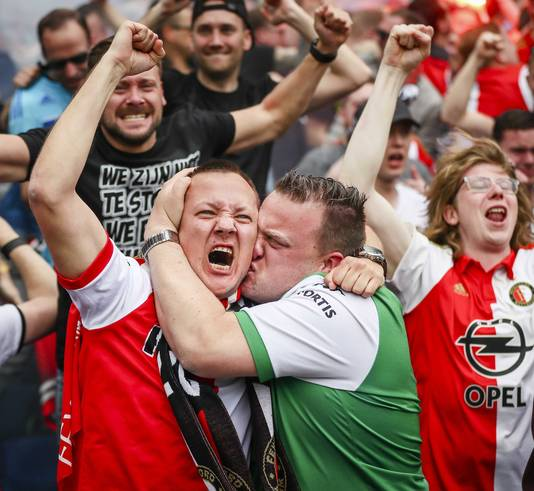 Fans van Feyenoord gaan uit hun dak.