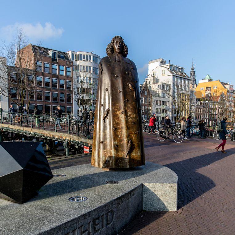 Standbeeld van Spinoza bij de Stopera. Beeld Lin Woldendorp
