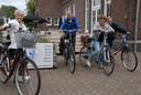 Toos Brouwer (tweede van rechts), een van de deelnemers aan de 42ste aflevering van De Leyetocht, overkwam onderweg iets opmerkelijks. Bij haar vroegere werkplek Zorgpark Voorburg aangekomen sprak een ex-patiënt haar aan, met daarbij met het verzoek gewassen te worden.
