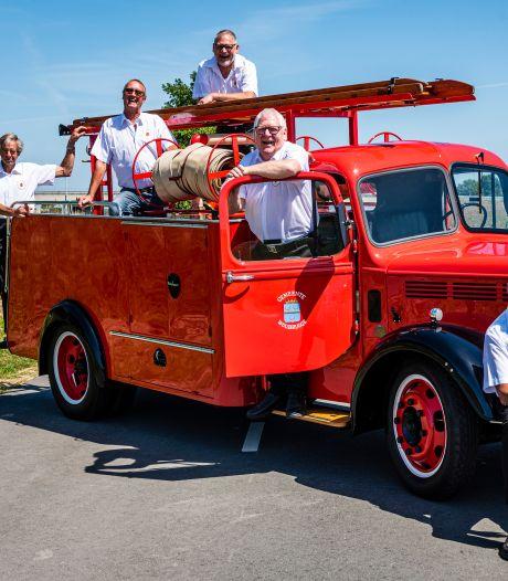 Vrienden knappen brandweerwagen uit 1951 op: 'Hij glimt zo erg, dat je aan de buitenkant je haren kunt kammen'