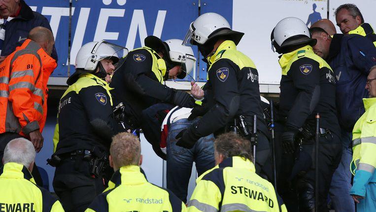 Een aanhouding na de voetbalwedstrijd van Heerenveen tegen Cambuur in agustus van dit jaar. Beeld anp