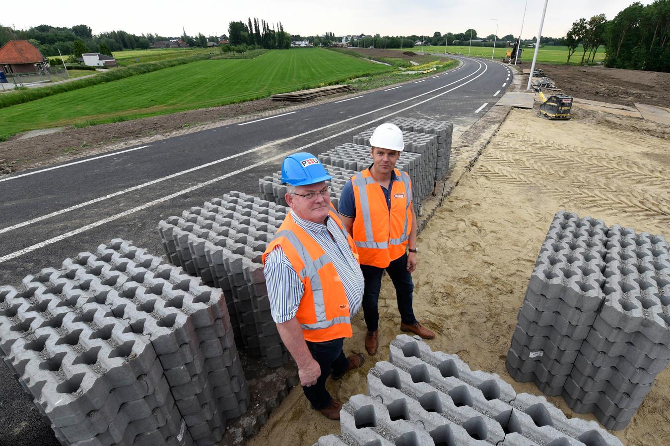 Toezichthouder Gijs Klomp (l) en projectleider Marcel Baars bij de aanleg van de doorgang voor hulpdiensten.