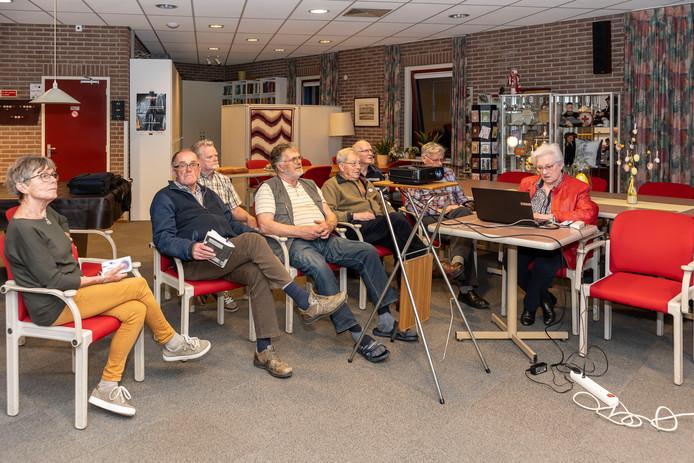 Computerclub Brouwershaven Digitaal wordt na bijna twintig jaar opgeheven. Vlnr Mijnie Dalebout, Hans Hanse, Nico van der Wekken, Adriaan Hoekman, Adrie Brouwer,  Frits Krikke, Reindert van der Pol en Lydia van Beveren.