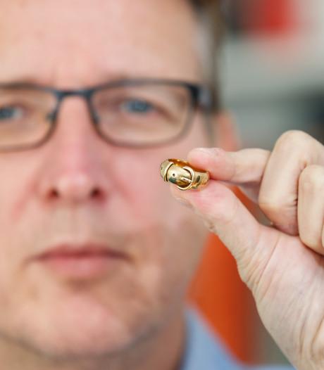 Door Arthur Brand gevonden ring van Oscar Wilde terug in Oxford